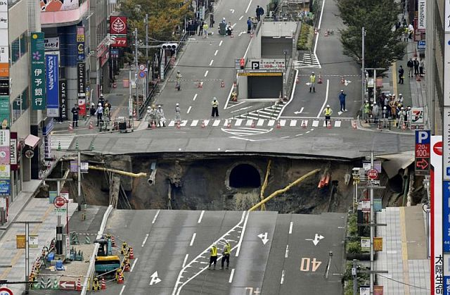 Giant sinkhole opens on a road in Japan (Photo)