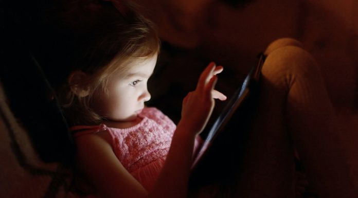 """Scientists Find Link Between """"Screen Time"""" and Sleep Quality"""