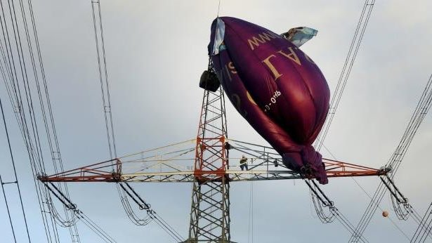 Hot air balloon in pylon: Six people have been rescued